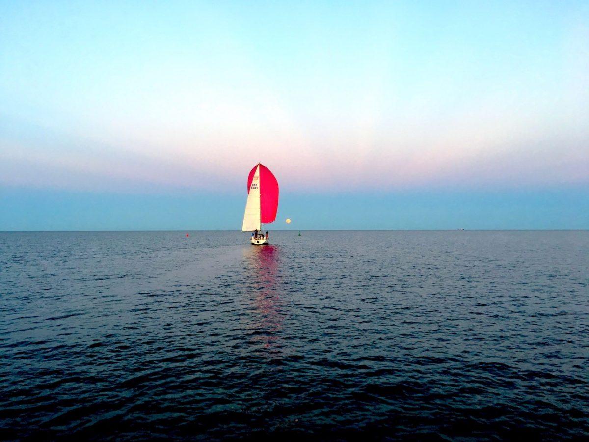 Segelboot mit Mond